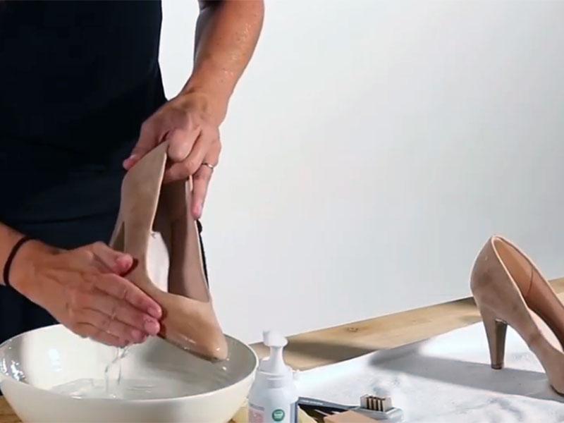 Мытье туфель из нубука